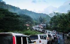 Hundratals bilar med turister köar dagligen till Jarawareservatet längs Andaman Trunk Road, enligt en uppmärksammad granskning i The Observer.  Foto: © G. Chamberlain/Survival International