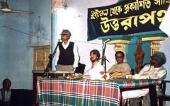 Bilden är från januari 1989. Lars Eklund i egenskap av tidskriften SYDASIENs redaktör, emottar den svensk-bengaliska tidskriften Uttårapaths kulturpris för sina insatser att sprida indisk/bengalisk kultur i Sverige, vid en högtidlig prisutdelning i Kolkata. Ajit Roy stående till vänster på bilden var inbjuden att hålla ett högtidstal.