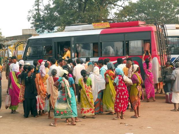 Indiska kvinnor som reser med buss