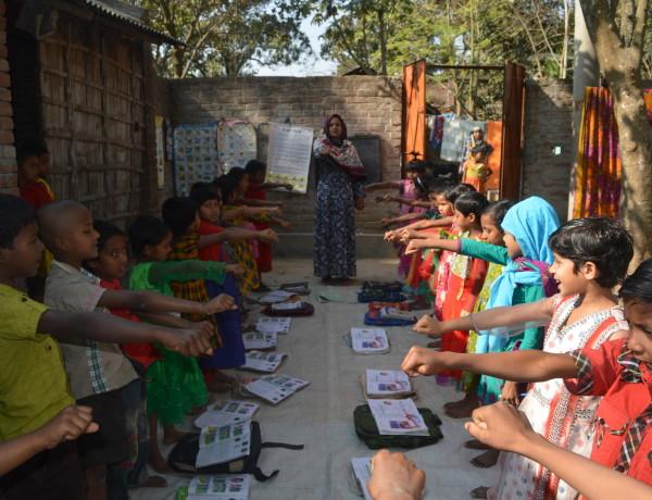 Skolbarn vid ett av Enrichs center i distriktet Chapainawabganj. Foto: Rezaul Karim/IPS