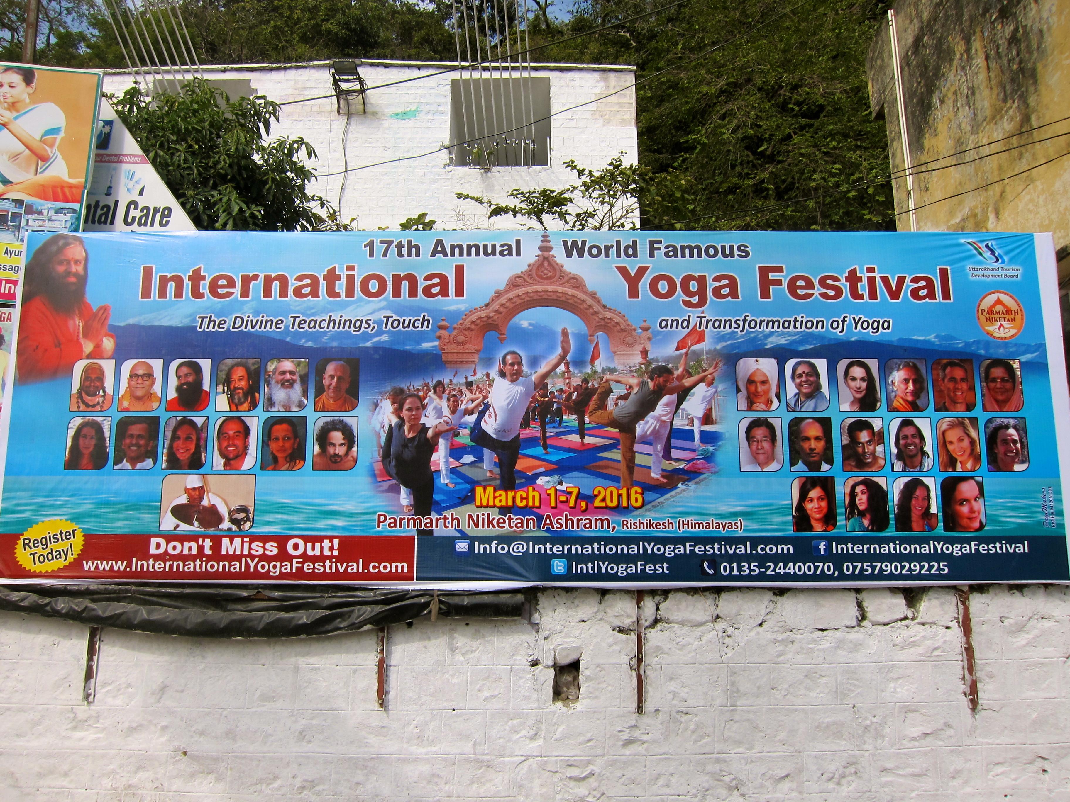 Reklam för Rishikesh årliga internationella yogafestival. ©Elin Thorsén