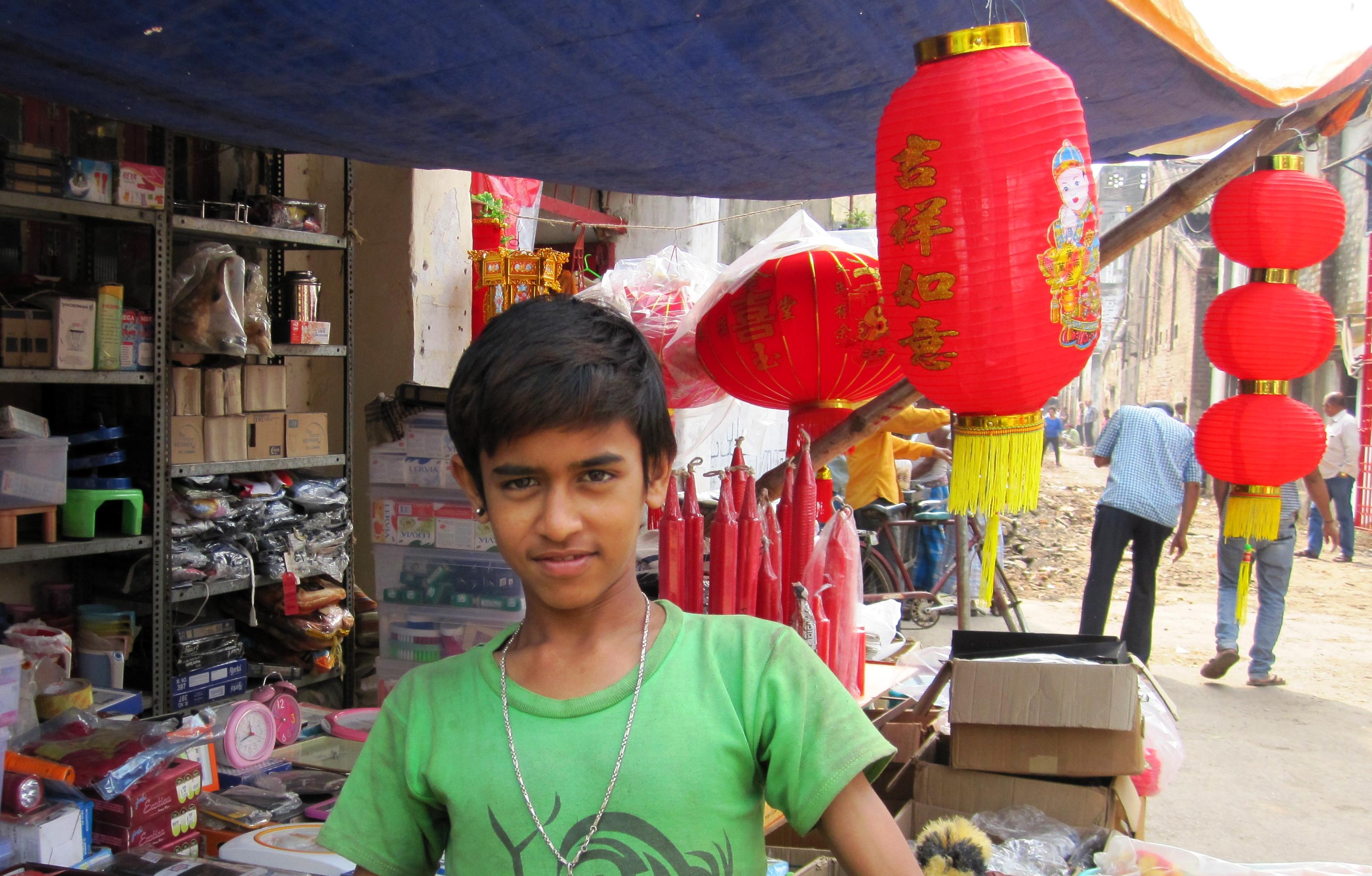 Indisk pojke i Tangra säljer kinesiska lampor. ©Zac O'Yeah