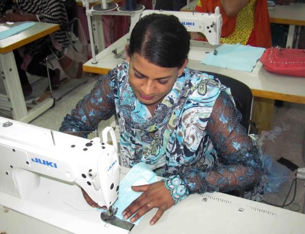 Det är vanligt att transpersoner arbetar i textilfabriker i Pakistan.©Irfan Ahmed/IPS