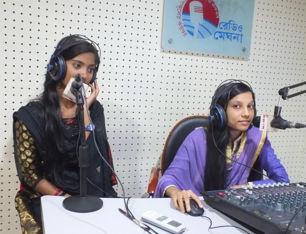 De unga programledarna vid Radio Meghna i distriktet Bhola sänder program där lokalbefolkningen uppmanas att avstå från att arrangera barnbröllop och i stället låta sina döttrar fortsätta i skolan. Foto: Naimul Haq/IPS