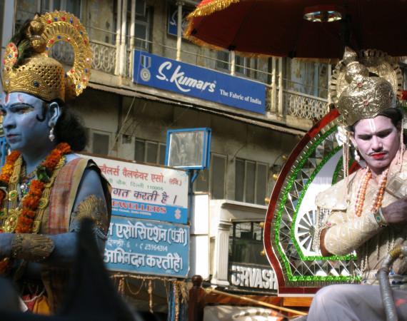 Krishna och Arjuna – scen ur det berömda verket Bhagavadgita uppspelad under en parad i Old Delhi. Foto Elin Thorsén.