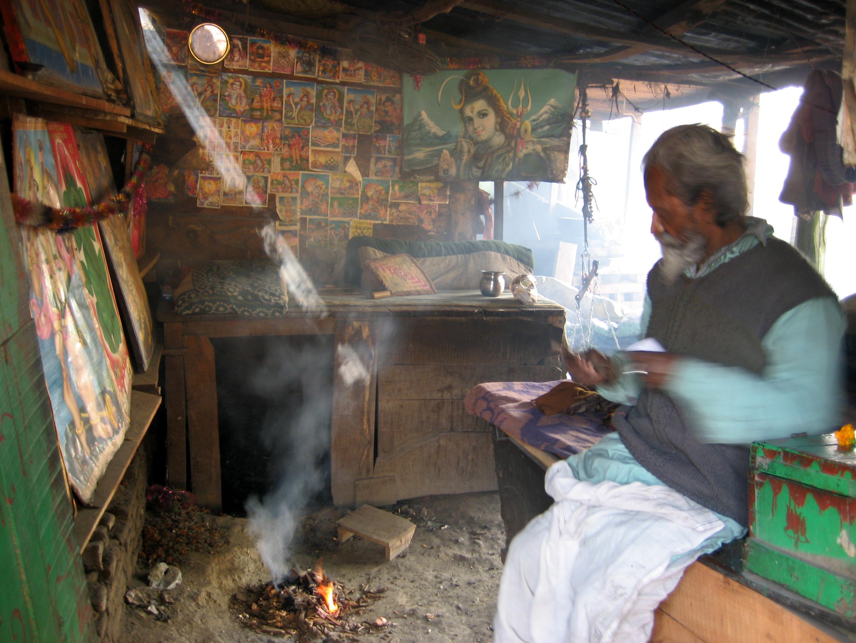 """En liten verkstad i Varanasi, väggarna är täckta med """"god posters"""". Foto Elin Thorsén."""