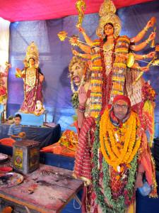 Altare tillägnat gudinnan Durga uppbyggt för den nio nätter långa festivalen Navaratri, då gudinnan hyllas i sina olika skepnader. Foto Elin Thorsén.