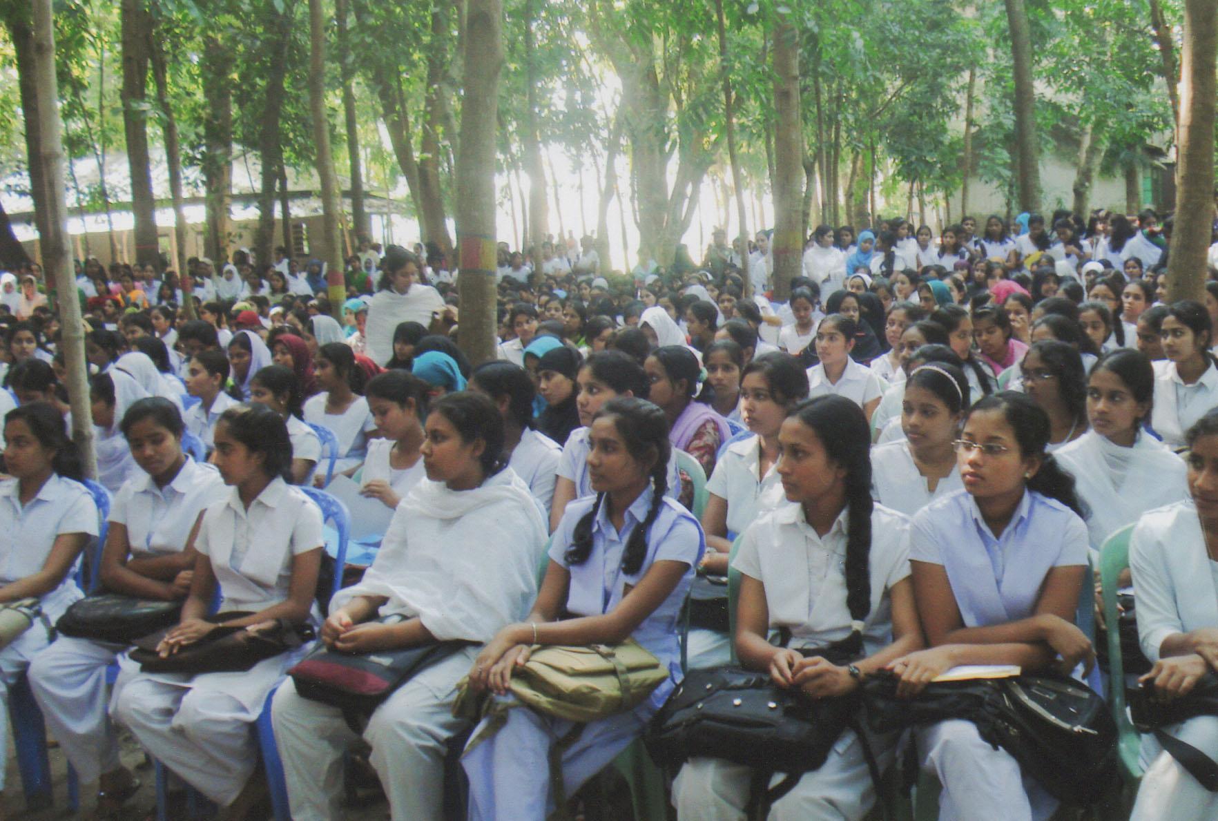 Unga flickor deltar i informationsprogram kring tonåringars sexuella hälsa på landsbygden i Bangladesh.© Social Initiative for Human Development