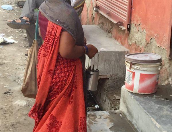 Indiska poliser griper ofta tiggare som sedan hamnar i fängelse där de kan tvingas vänta länge innan de ställs till svars, vilket ytterligare förvärrar överbeläggningarna på landets anstalter. Foto: Neeta Lal/IPS