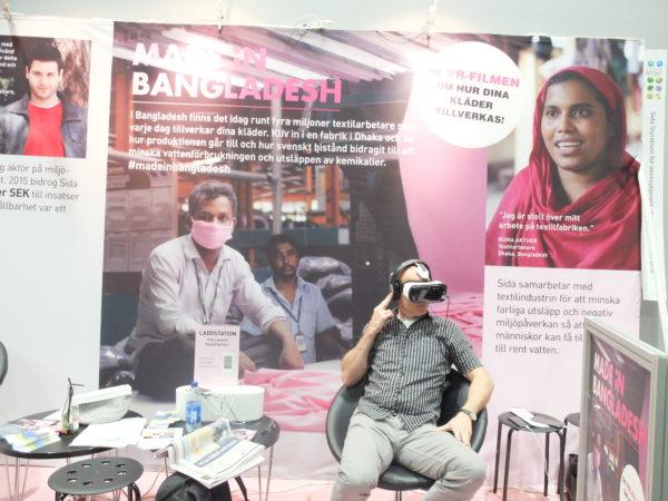 Besökare kunde se en 360-graders, sju minuter som visar den allvarliga miljöpåverkan som storskalig textilproduktion i fabriker ger upphov till i det tätbefolkade Bangladesh. Foto: Linn Mikaelsson