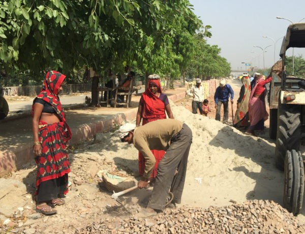 Fattiga indiska kvinnor som arbetar som daglönare har inga möjligheter till betald föräldraledighet - och kommer heller inte att påverkas av den nya lagen. Foto: Neeta Lal/IPS