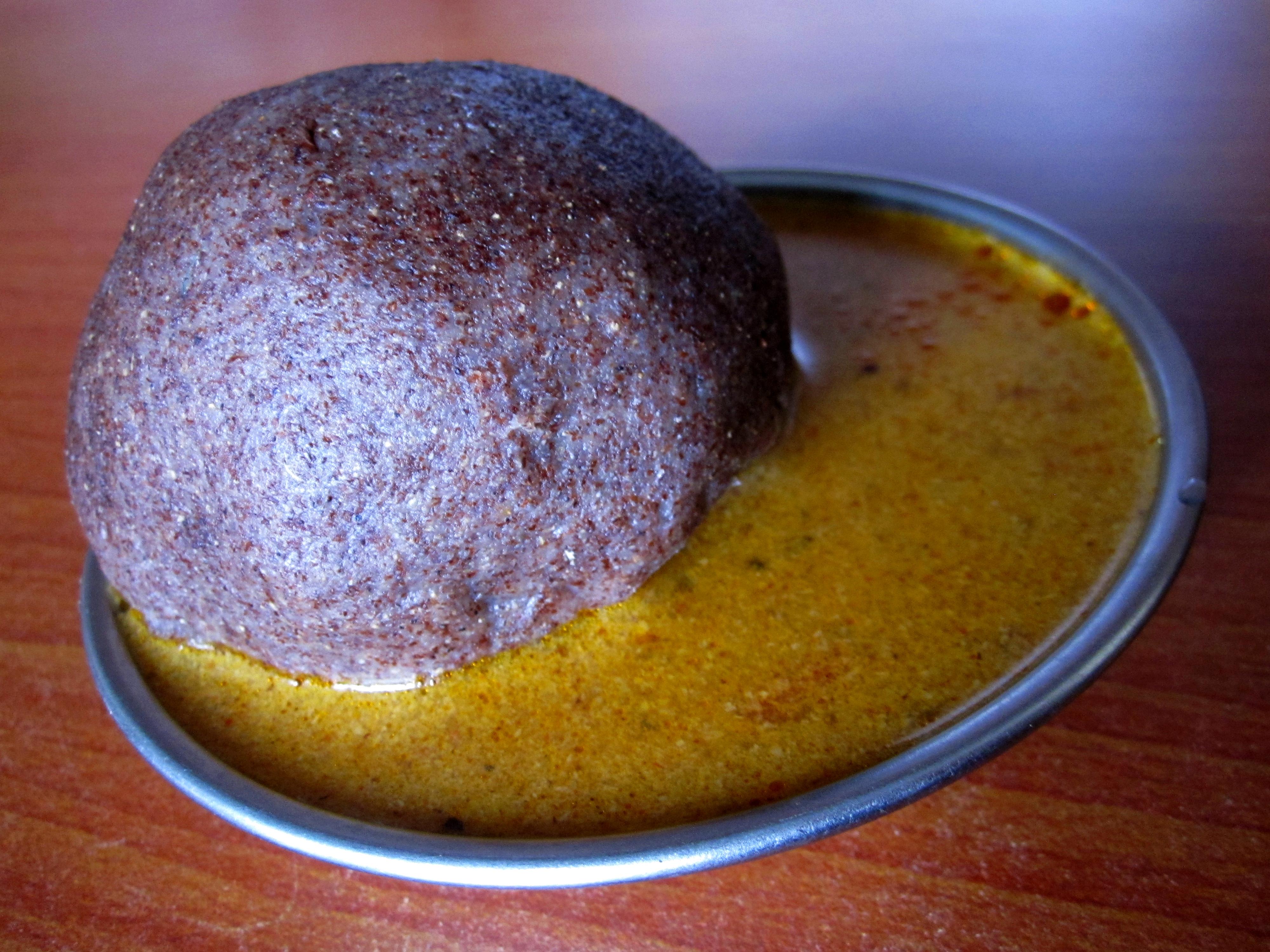 För tio rupier får man mudde med curry FOTO ZAC OYEAH