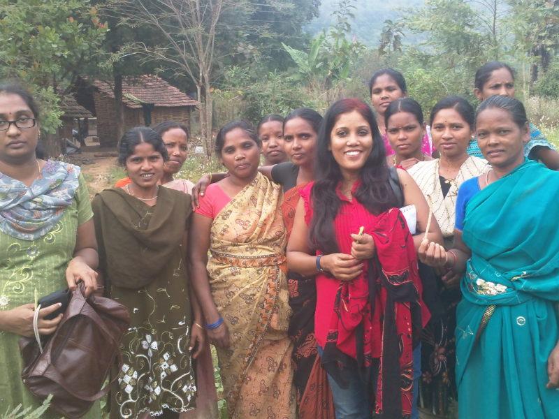 Stella Paul (i rosa) tillsammans med några stamkvinnor hon intervjuvade om solenergi i den avlägsna byn Anantagiri, Inida. Foto: Stella Paul /IPS