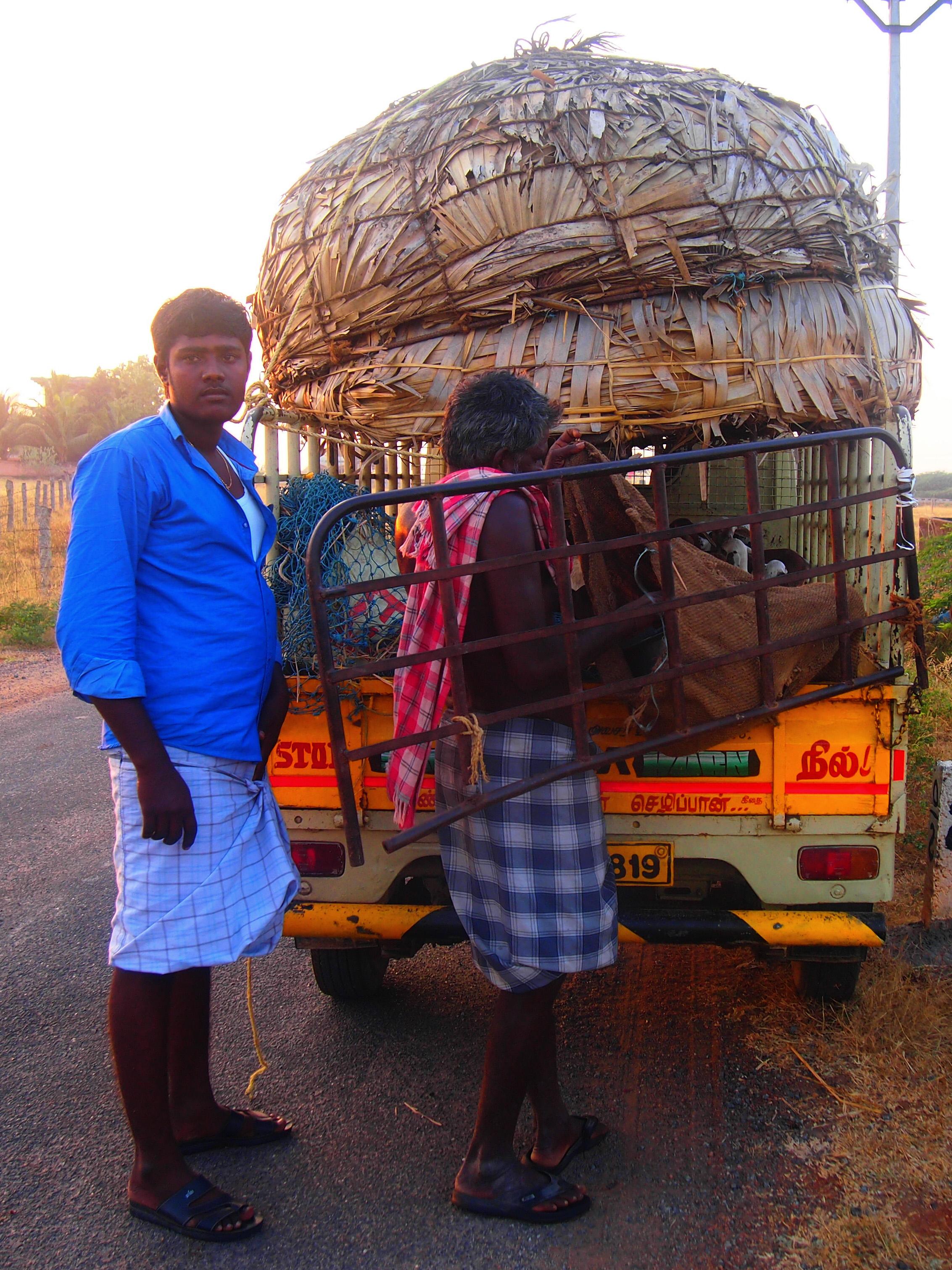 Sonen till en av herdarna hjälper till med att köra de nyfödda lammen till nästa lägerplats.Foto; Patrick Wennström