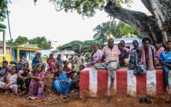 En grupp bönder från byn Mallanampatty diskuterar hur de kan anpassa sitt jordbruk till det rådande klimatet. Foto Josefin Aldegren