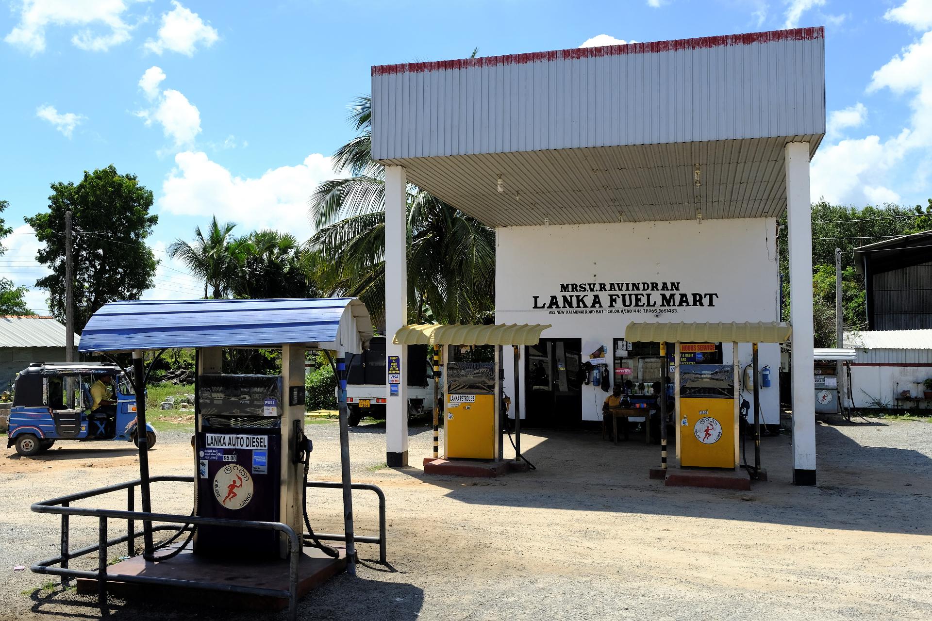En för Sri Lanka ganska typisk bensinmack. Foto: Johan Mikaelsson