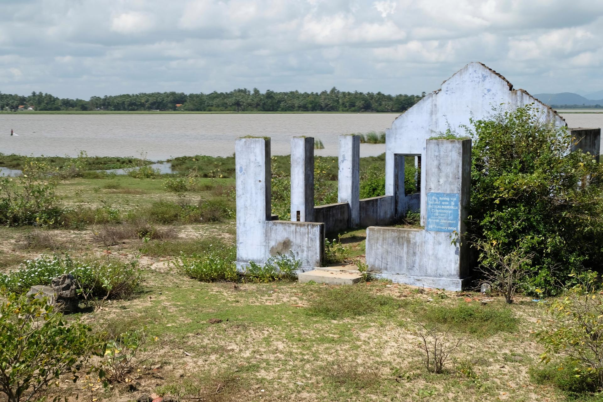 Ett hus i östra Sri Lanka som fortfarande bär spår av kriget. I lagunen bedrivs fiske. Foto: Johan Mikaelsson