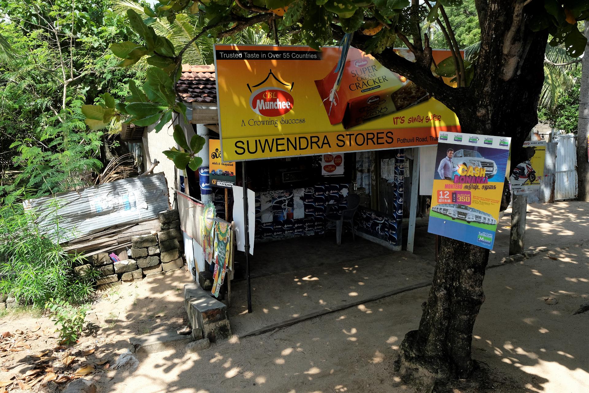En affär med nödvändiga förnödenheter i en liten by under träden, så liten att den inte sätts ut på någon karta. Foto: Johan Mikaelsson
