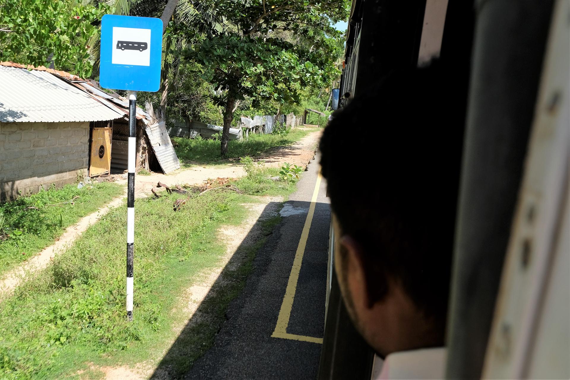 Busshållplats, handmålad skylt. Foto: Johan Mikaelsson