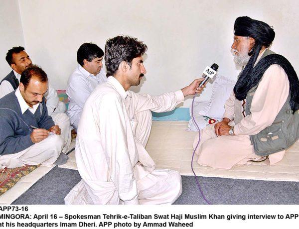 Talesmannen för Tehrik-e-Taliban Swat Haji Muslim Khan ger en intervju för APP. Tehrik e Taliban Pakistan (TTP) är en militant gruppering som bildades 2007 för att förena oppositionen mot Pakistans militärstyre. Det viktigaste målet för TTP är att genomföra en strikt tolkning av sharia över hela Pakistan. TTP håller nära kontakt med ledarna i Al-Qaida..APP foto Ammad Waheed.