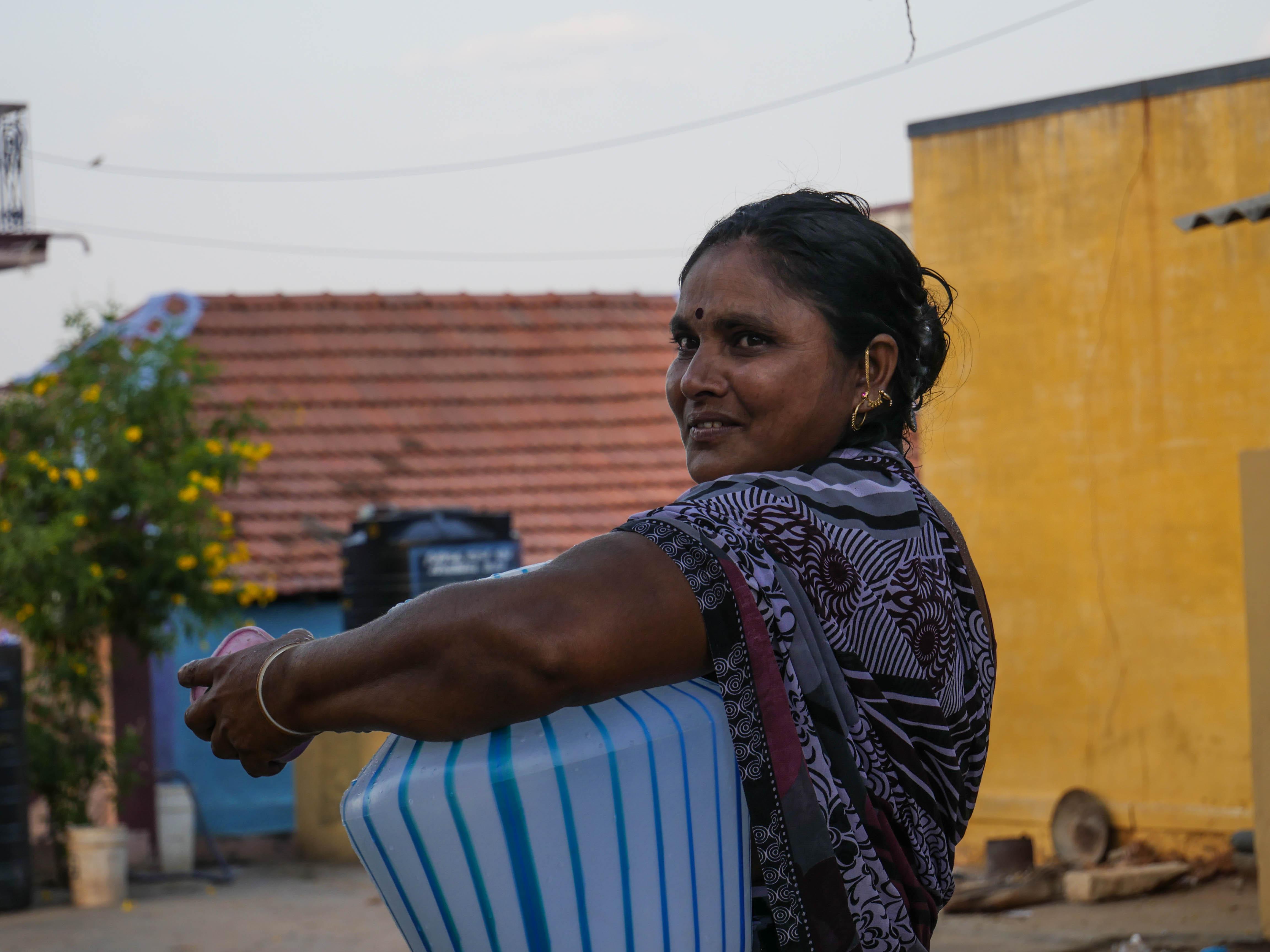 Pandiyammal är påväg till en av byns vattenledningar för att hämta vatten till sitt hem. Foto: Rebecka Strand.