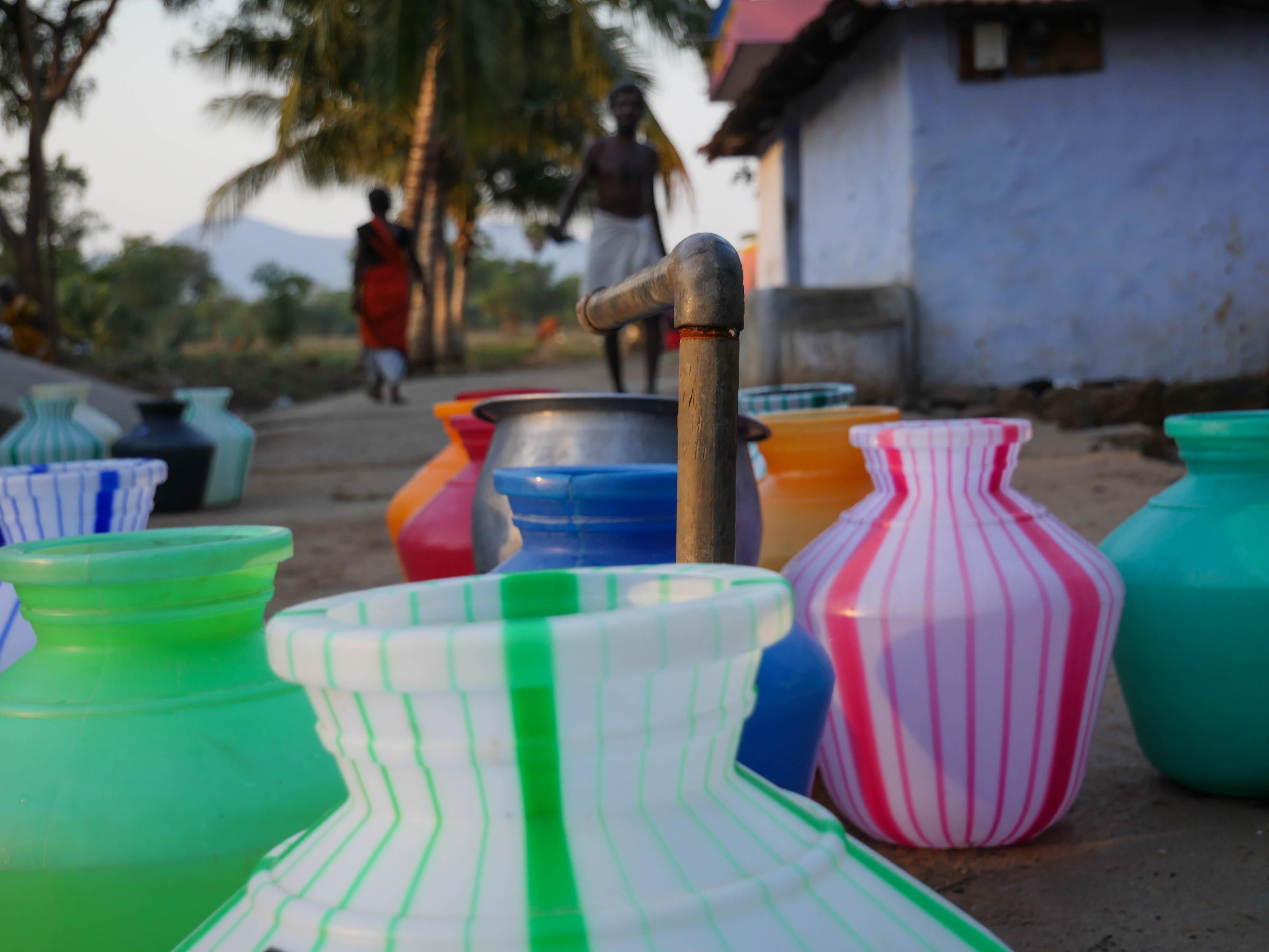 Byborna i Pappinayakanpatti hämtar vatten två gånger i veckan. Foto: Rebecka Strand.