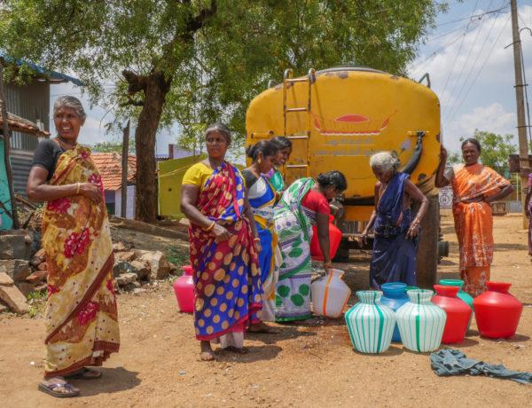 Vattnet i ledningarna räcker inte till och byborna i området kring Nilakottai tvingas köpa vatten. Foto: Rebecka Strand.