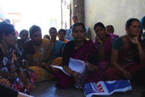 Några av kvinnorna i Dharmapuri som berättade om hur allt fler migrerar in till städerna när det blir svårare att försörja sig på landsbygden. Foto: Julia Örtengren.
