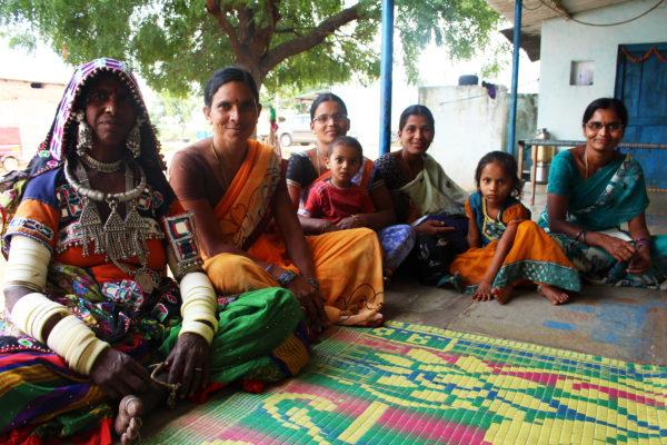 Kvinnorna i byn Dhayyam Banda Thanda berättade om hur de odlar med ekologiska metoder. Foto: Elin Gidlöf