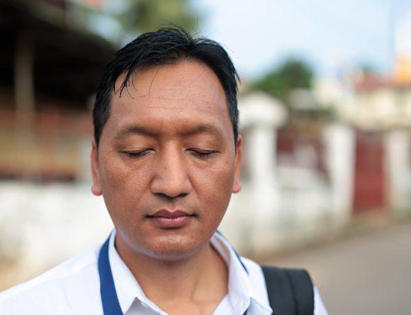 Indra Gurung visar hur han går in i meditativt läge under intervjuven med Sydaisen. Forto: Johan Mikaelsson