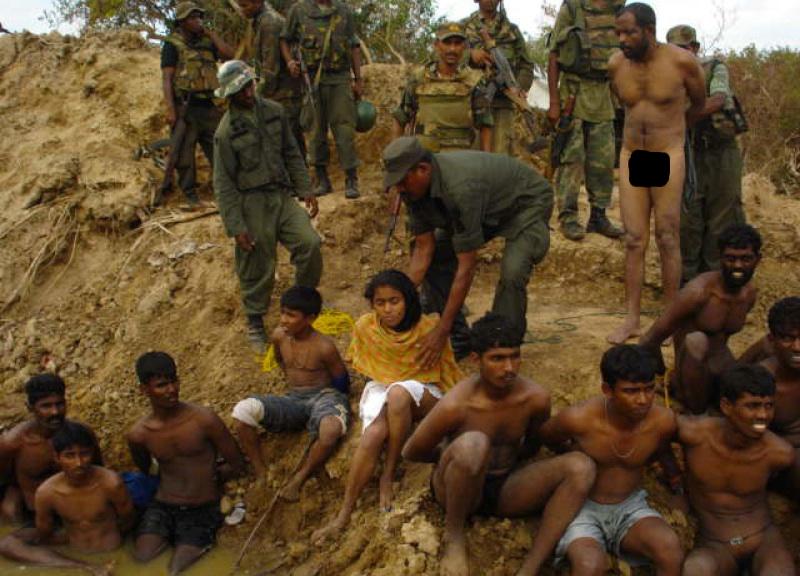 Bilden är bara en av de som visar misstänkta krigsbrott. På just den här bilden kan både misstänkta förövare och offer identifieras. En stund efter att den här bilden är är fångarna, tamilska gerillasoldater som kapitulerat till Sri Lankas regeringsstyrkor, döda – avrättade. Foto från International Truth and Justice Project Sri Lanka (bevismaterial)