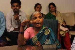 Chandramma talar under den 5:e milletskonferensen i New Delhi 2016. Foto Elin Gidlöf.