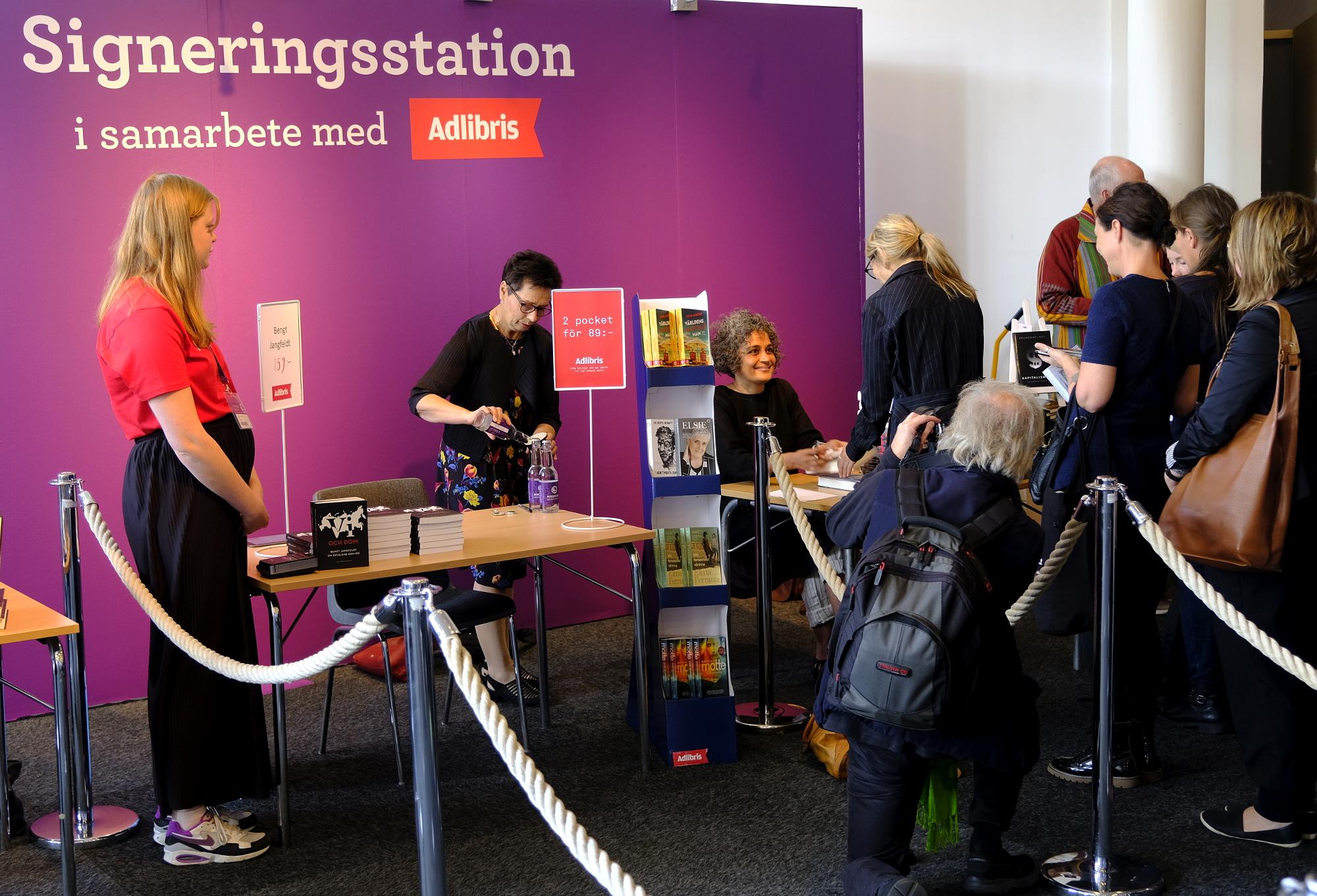 Arundhati Roy signerar böcker efter ett seminarium på Bokmässan i Göteborg torsdag 28 november 2017. Foto: Johan Mikaelsson