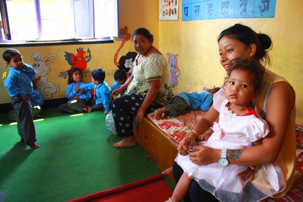 Chadani Dyola och hennes mamma Manju Dyola arbetar som lärare för de barn som fortfarande bor kvar i området. Skolan fick se antalet elever sjunka markant efter jordbävningen, eftersom många familjer tvingades flytta tillbaka till sina hembyar uppe i bergen när deras hem förstördes. Foto: Celia Boltes