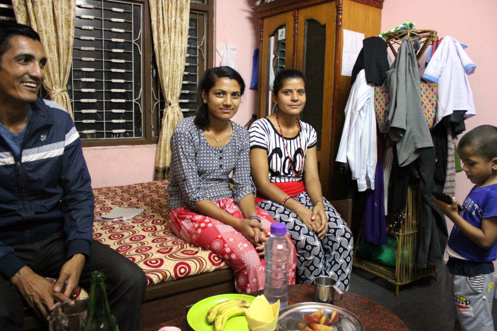 Precis som Rajendra Panta har många i Nepal tvingats flytta med familjen från landsbygden in till huvudstaden för att jobba. Här är han tillsammans med sin syster Pabita, sin fru Parbati, och deras son Rustam. Foto: Celia Boltes