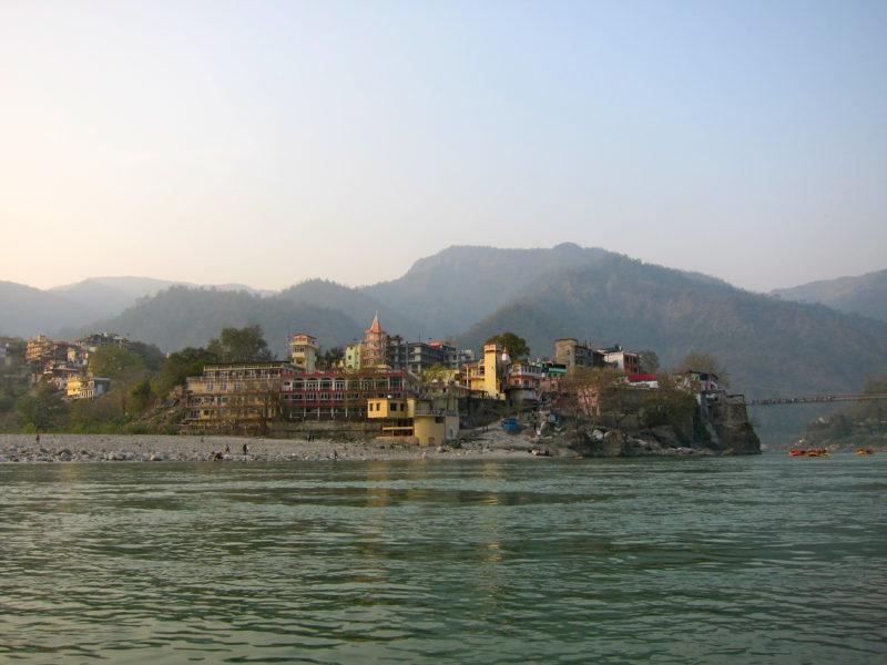 Sacha dham ashram i Laksman jhula, där ShantiMayi och Prem Baba håller satsang. I förgrunden flyter floden Ganges förbi. Foto: Elin Thorsén