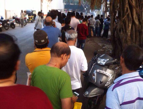 Queue outside aahar registration center. Foto Rohit Bhatia