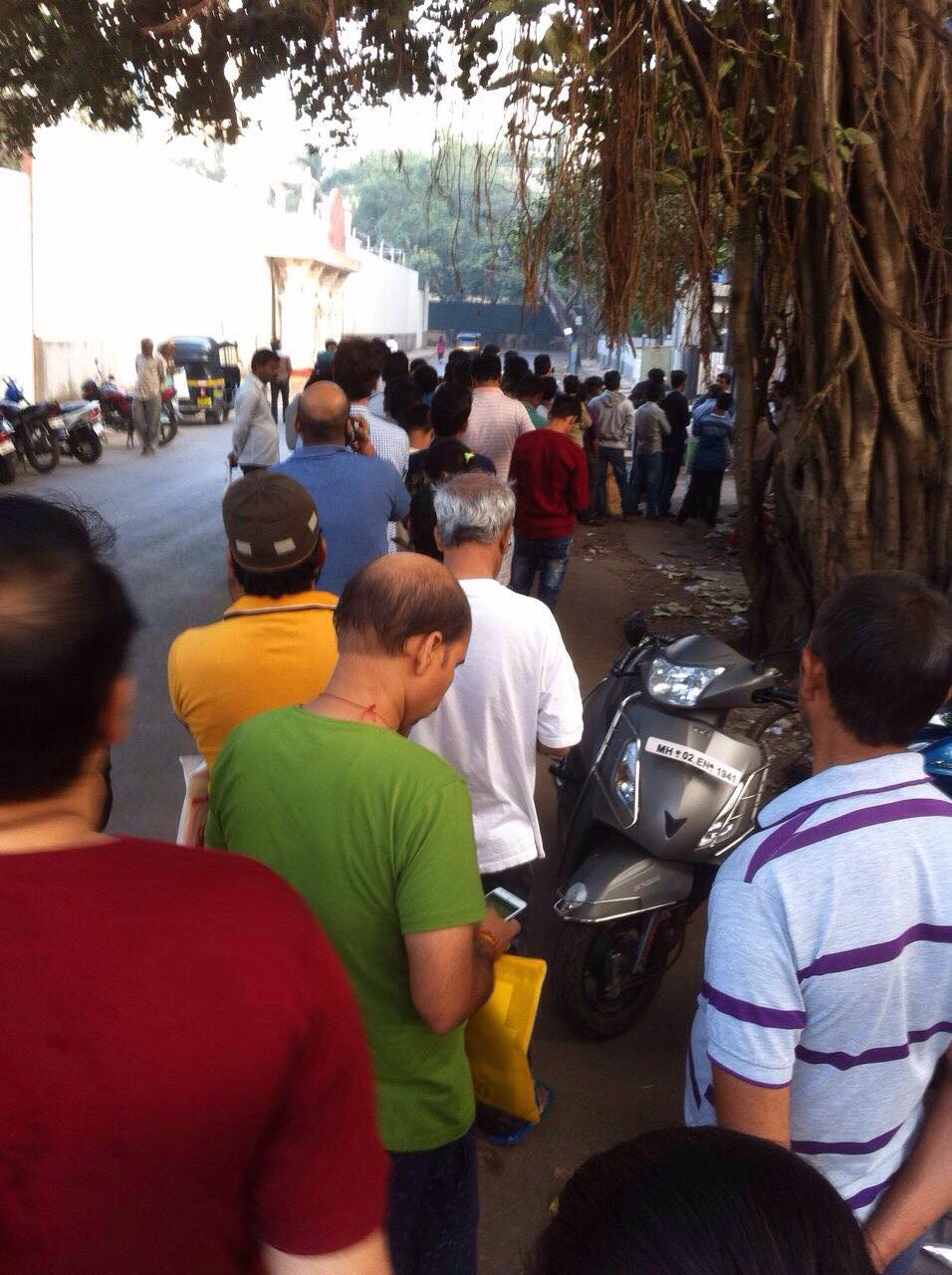 Queue outside aahar registration center. Foto Rohit Bhatia
