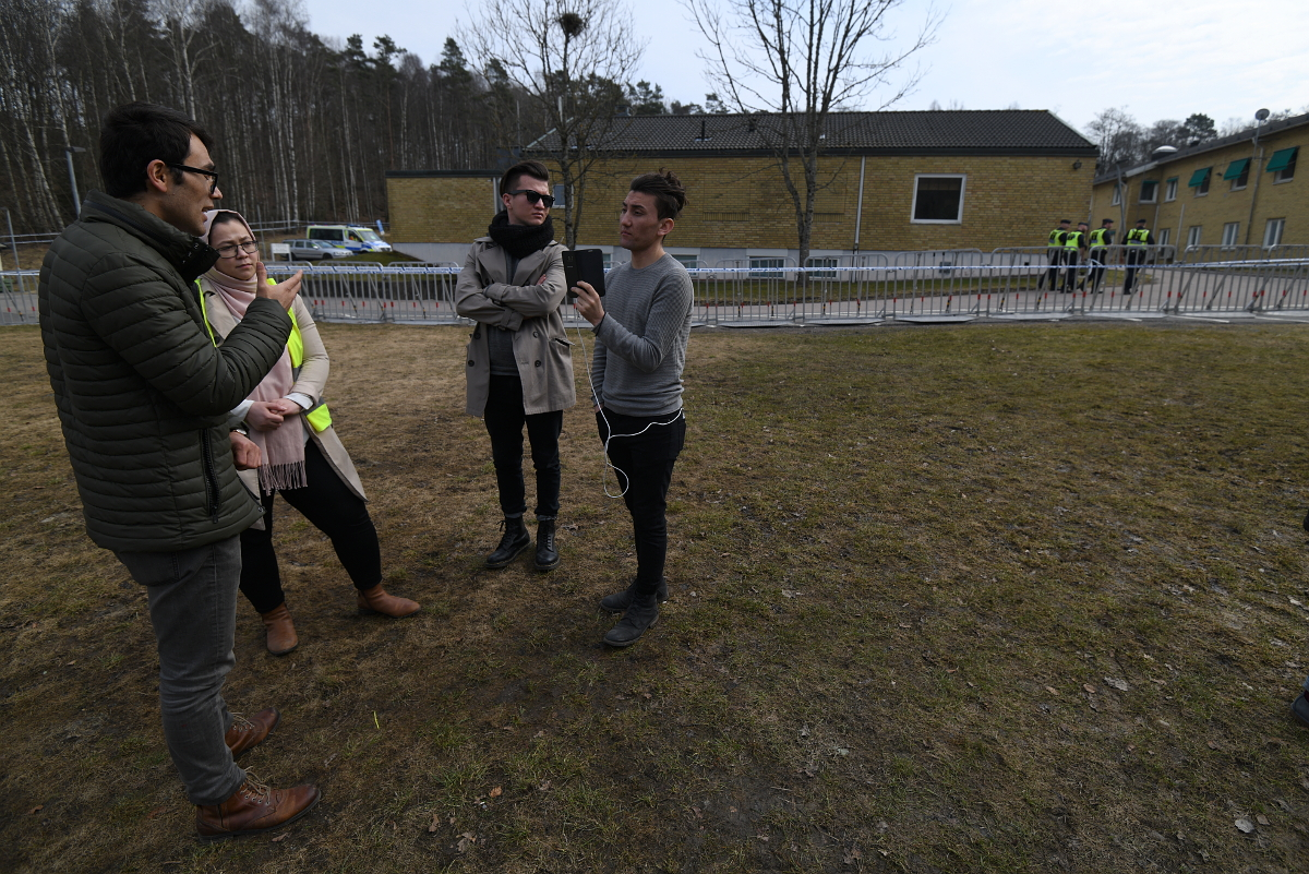 Ali och de ledande aktivisterna sände live på Facebook för att sprida information om det som hände under dagen. Foto: Johan Mikaelsson