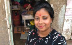 Neelam är den första i sin familj som gått mer än åtta år i skolan, surfar på sin mobiltelefon och kan lite engelska. Det finns miljontals tjänstefolk i Indien, men deras liv uppmärksammas sällan.Foto Julia Wiræus.