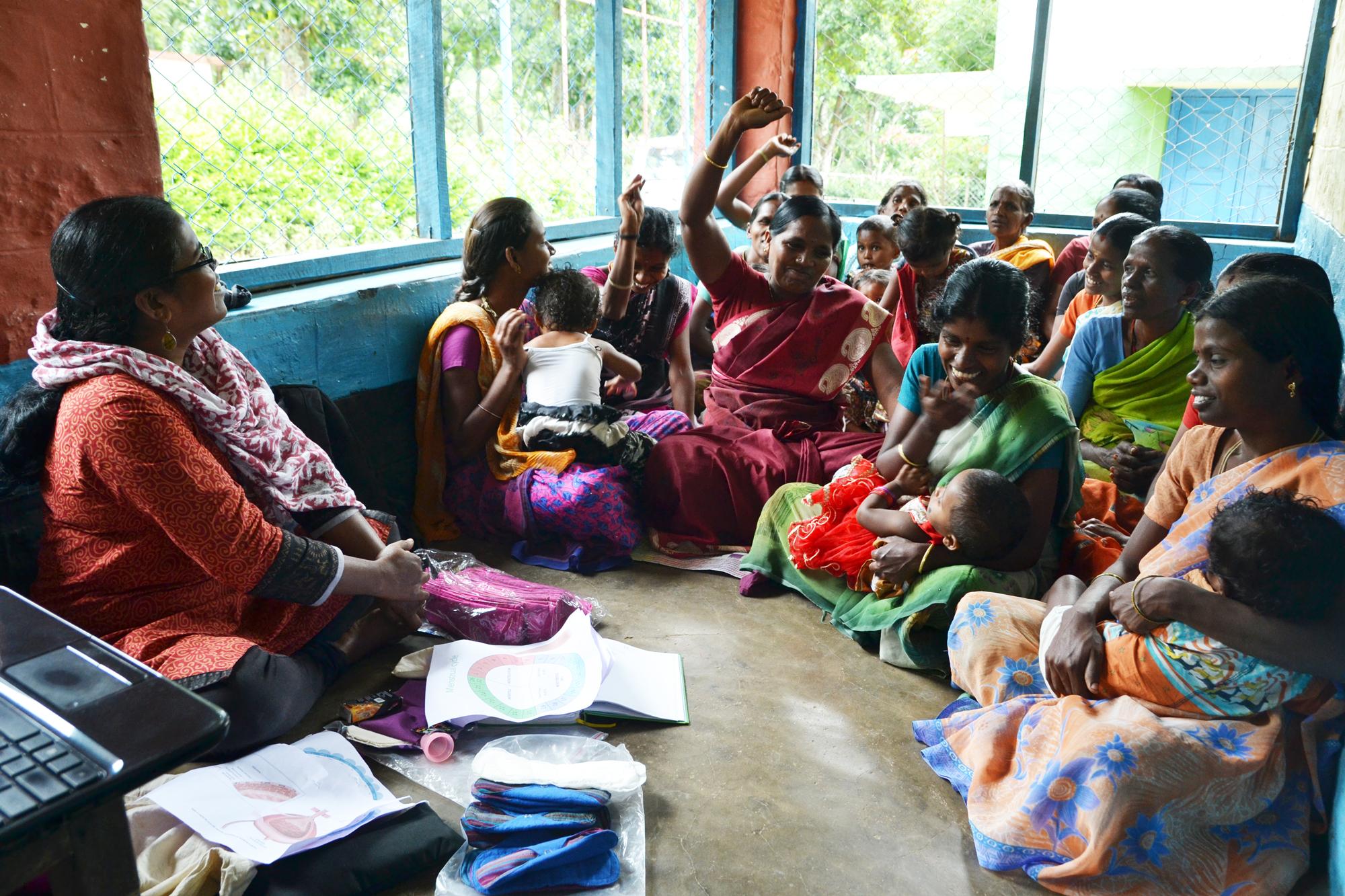 Skratt spred sig bland kvinnorna när mensinformation från Selvi varvades med frågor och diskussion. Foto: Jenny Svensson.
