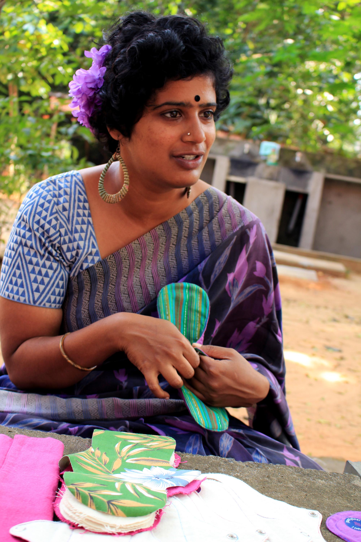 Nikki på Eco Femme berättar om att hon jobbar på Eco Femme för att hon vill stärka kvinnor. Foto: Jenny Svensson.