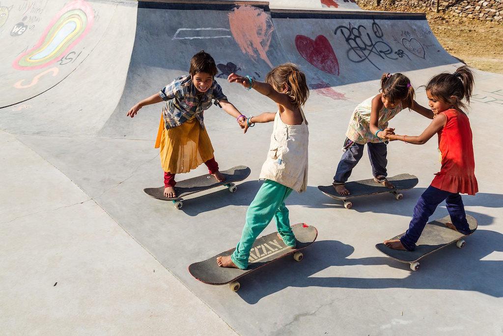 Projektet Janwaar Castle försöker bryta sociala mönster i det traditionella indiska samhället. De samlar barn från alla kast och samhällsgrupper och tränar dem i skateboardåkning. Foto: Janwaar Castle