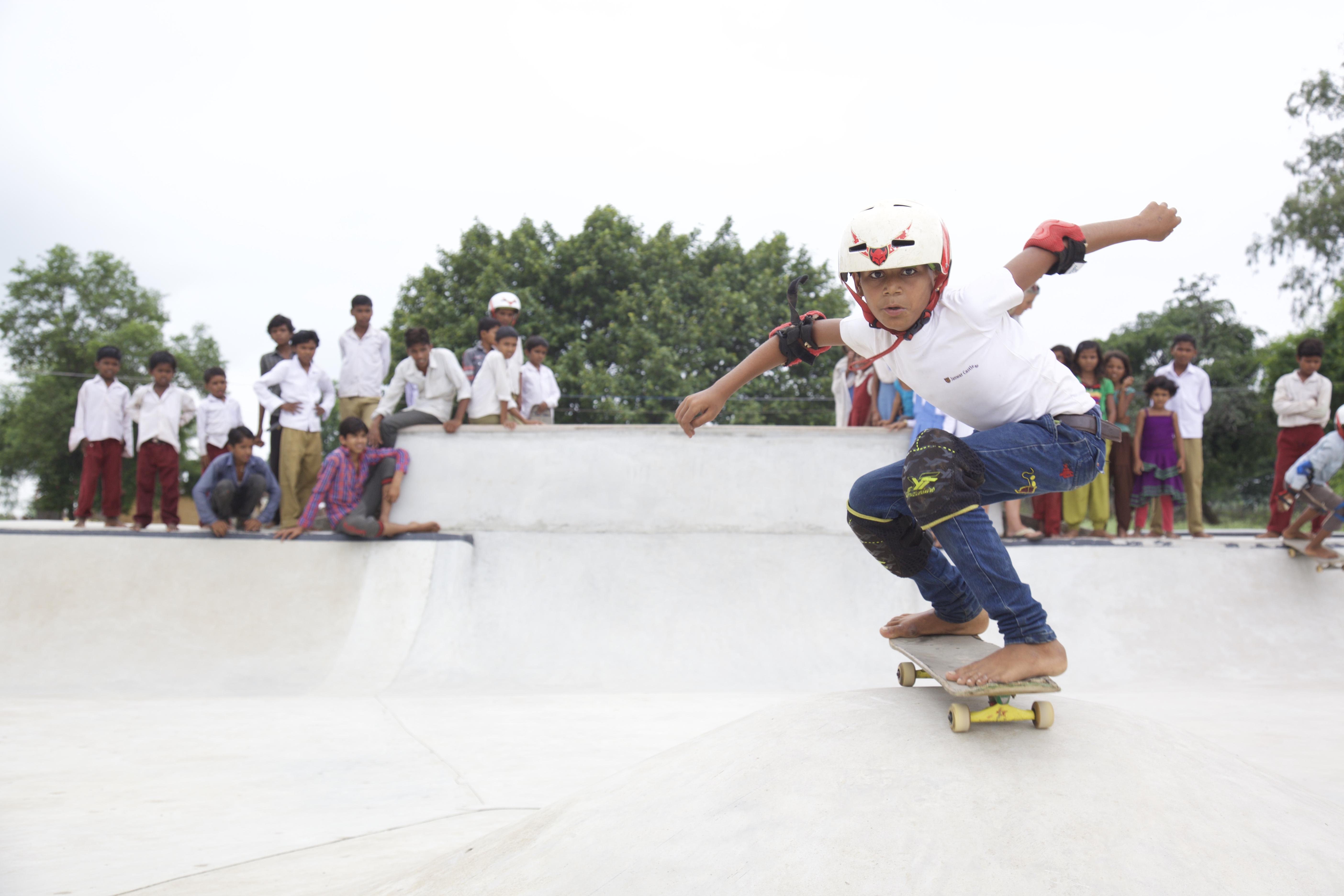 försöker bryta sociala mönster i det traditionella indiska samhället. De samlar barn från alla kast och samhällsgrupper och tränar dem i skateboardåkning. Foto: Janwaar Castle