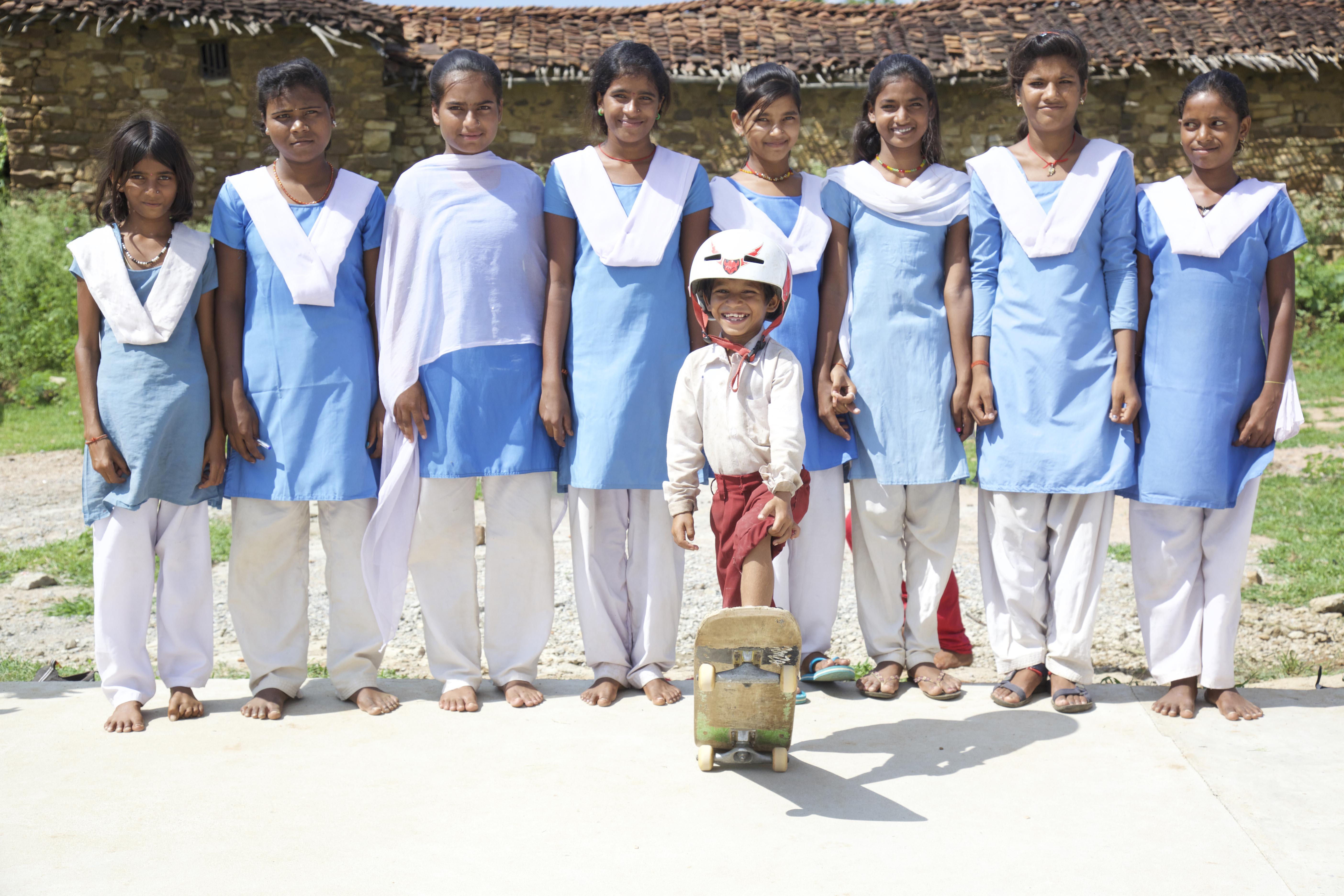 Barn från alla kast och samhällsgrupper i byn Janwaar i norra Madhya Pradesh där traditionella normer och fattigdom var starkt inpräglade. Nu uppmanar organisationen barnen att tänka i nya banor och att åka skateboard. Foto: Janwaar Castle