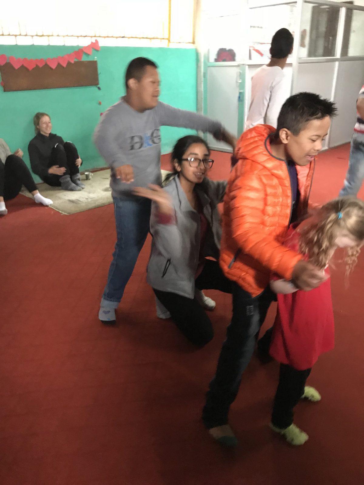 Svenska Svea får en danslektion med sina nepalesiska jämlikar på Satyam Day Care Center. Foto: Johanna Sommansson