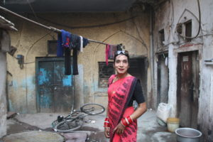 Chetali skiftar mellan sina könsidentiteter dagligen, då hon dagtid försörjer sig på att ge välsignelser och nattetid delar lägenhet med män som inte vet vad hon får sina pengar ifrån. Foto Julia Wiræus