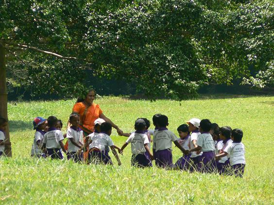 Skolbarn i Sri Lanka, barnen på bilden är inte knutna till texten. Foto: Paul Arps Flickr