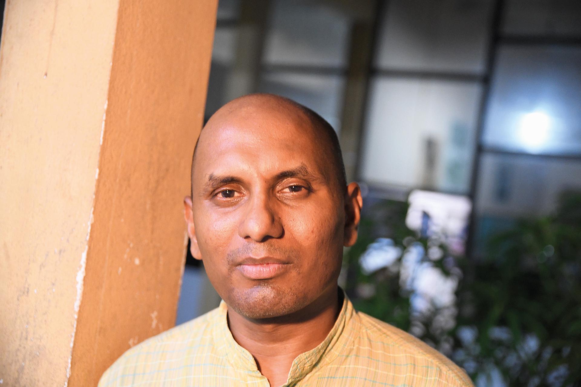 """Människorättsaktivisten Ruki Fernando (ovan) talar hellre om yttrandefrihet än om pressfrihet. Även de som uttrycker sig riskerar att råka illa ut. Tamilska journalister som rest från Jaffna till minnesdagen bär pikétröjor med texten """"Trust me I am a journalist"""" tryckt på ryggen."""