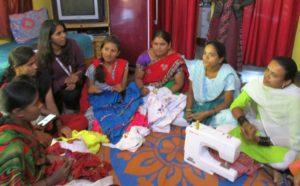 Supriya Naik hjälper bykvinnorna i närheten av fabriken till självförsörjning, här genom en sömnadskurs FOTO ZAC OYEAH